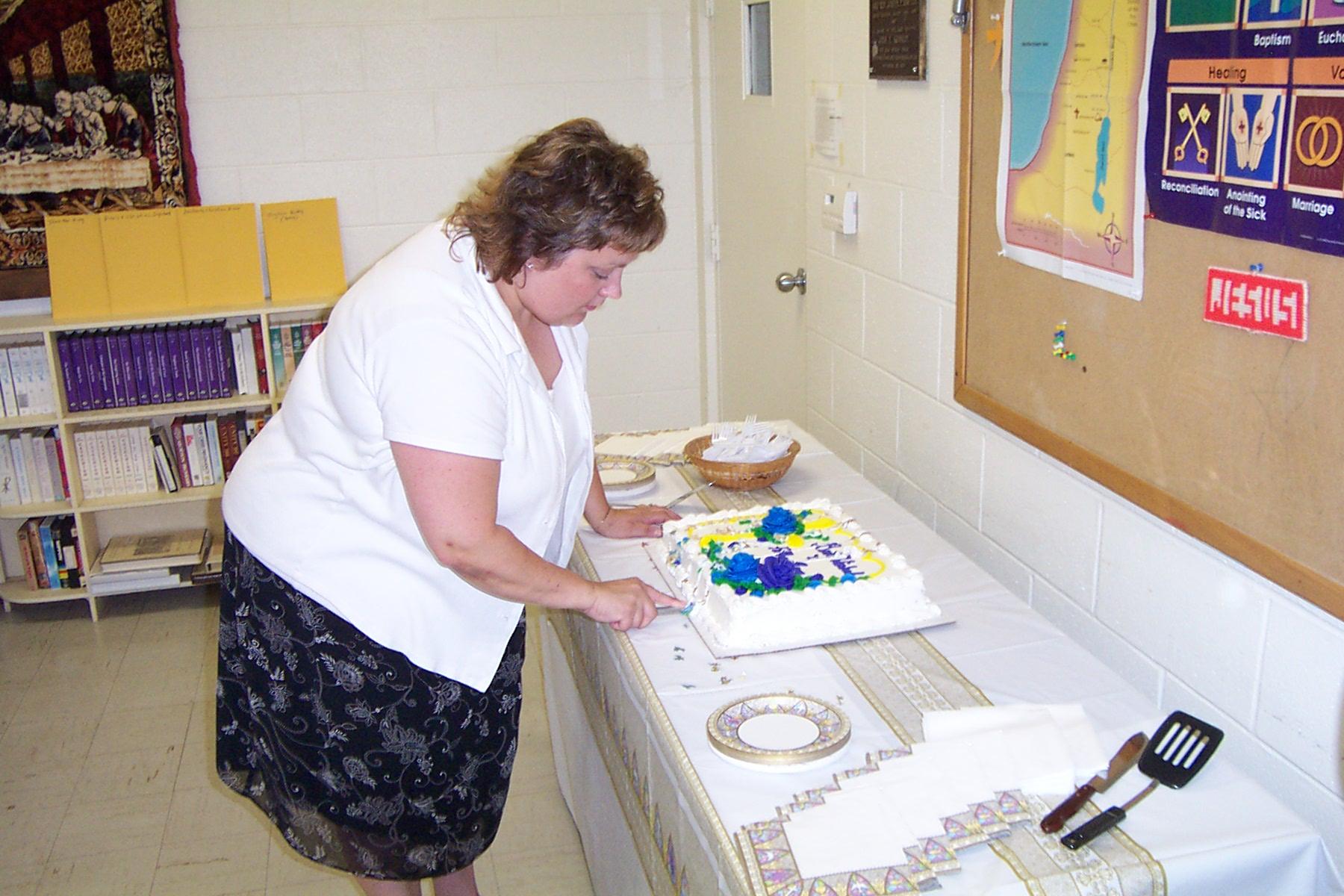 Mary Beth Redding cuts the cake - 2008-06-29 001